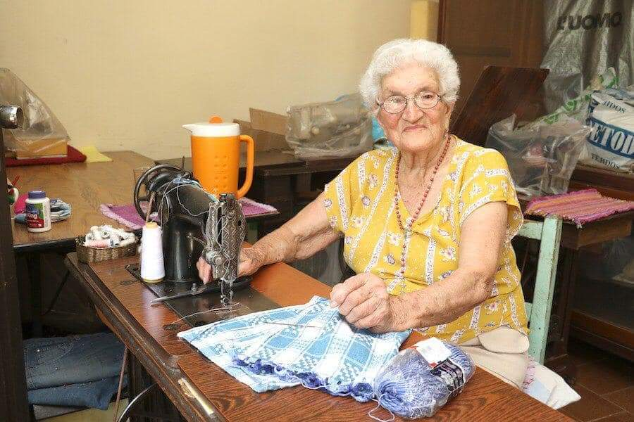 Abuela de 92 años confecciona tapabocas para donar a comisaría de su ciudad